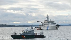 Vartiolaiva Uisko ja Nauvon partiovene.