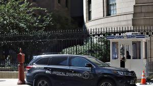 Hoitohenkilökunnan musta katumaasturiauto ulkopuolella rakennusta, jossa Jeffrey Epsteinia pidettiin vangittuna, 10. elokuuta 2019.