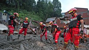 Pelastustyöntekijät selvittelevät Lekima-taifuunin aiheuttaman maanvyörymän tuhoja Zhejiangin provinssissa 10. elokuuta 2019.