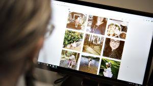 Nainen katsoo Instagram-albumia tietokoneen näytön kautta.