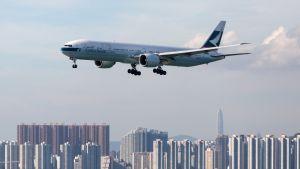 Cathay Pacificin matkustajakone valmistautuu laskeutumaan Hongkongin kansainväliselle lentokentälle elokuussa 2017.
