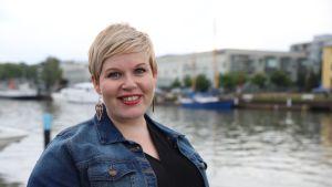 Kansanedustaja Annika Saarikko Turun Aurajokirannassa.