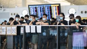 Mielenosoittajia Hongkongin kansainvälisellä lentoasemalla 12. elokuuta.