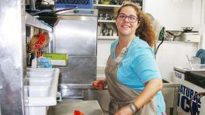 Kokki Sofia Kontorinaki työskentelee Pireuksessa. Hän on kohdannut aiemmissa työpaikoissaan syrjintää sukupuolensa vuoksi.
