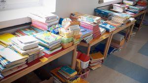 koulukirjoja pöydällä