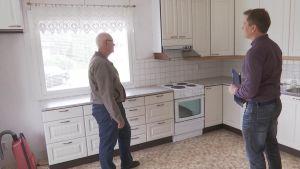 Markus Virtanen ja kiinteistövälittäjä Aleksi Laine keskustelevat keittiössä.