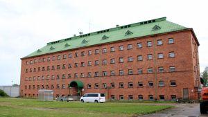 Joutsenon säilöönottoyksikkö sijaitsee Konnunsuon vanhassa vankilarakennuksessa.