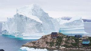 Iso jäävuori lähellä Innaarsuitin kylää.