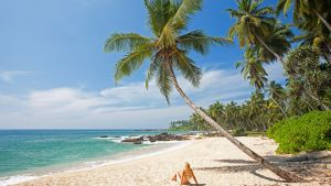 Nainen rannalla Sri Lankassa