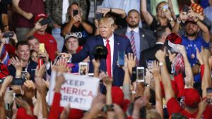 Trump kannattajiensa keskellä.