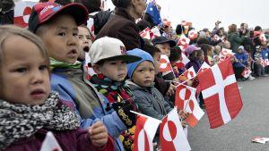 Lapsia Tanskan ja Grönlannin liput käsissään.
