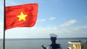 Vietnamilainen sotilas vartiossa Thuyen Chain saarella, joka on osa kiisteltyjä Spratlysaaria. Arkistokuva.