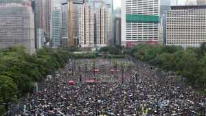 Mielenosoittajajoukko Hongkongin Victoria Parkissa 18.8.