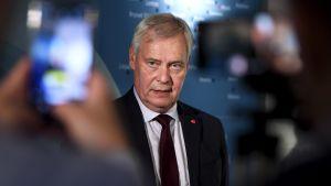 Pääministeri Antti Rinne puhuu medialle Suomen ulkomaanedustustojen päällikköjen vuosittaisessa kokouksessa.