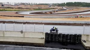 Moottoripyörä sateisella radalla