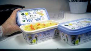 Joroisten yhtenäiskoulun ruokalasta jäänyttä kanakeittoa margariinirasioissa.