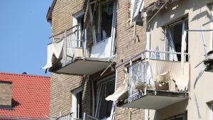 Pahasti räjähdyksessä vaurioitunut kerrostalon julkisivu.