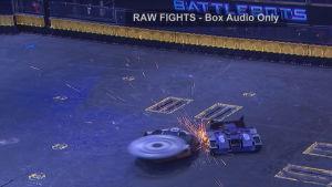 Kaksi robottia taistelee.