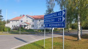 Siikaisten keskustaa ja tieviitta, jossa lukee Kankaanpää, Honkajoki ja Merikarvia.