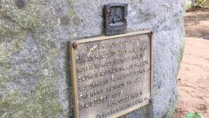 Hautakivi, jossa kyltti