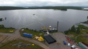 Stora Enson Kemijärven entisen sellutehtaan jätejärvi. Kuvassa ruoppauskone ja keltaisilla kellukkeilla oleva putki, jota pitkin pohjaan kasautunut ongelmajäte pumpataan jätesäkkeihin kuivumaan. Kemijärvi 21.8.2019