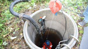Huoltomies korjaa kuivunutta rengaskaivoa Hollolassa