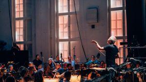 Radion sinfoniaorkesteri ja ylikapellimestari Hannu Lintu yllättyivät positiivisesti Helsingin Kaapelitehtaan Merikaapelihallin akustiikasta.
