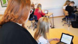 Opettaja Hanna Viippola pitämässä tuntia.