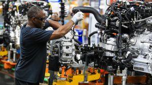 Mies työskentelemässä Fordin autotehtaalla Chicagossa