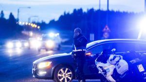 Poliiseja tiellä E12 Hämeenkyrössä 25. elokuuta 2019. Poliisi otti kiinni kaksi henkilöä Tampereenseudulla tapahtuneen takaa-ajon päätteeksi. KRP epäilee, että kiinniotetut liittyvät Porvoon sunnuntain vastaisen yön ampumatapaukseen.