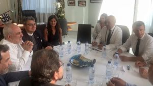 Iranin ulkoministeri Javad Zarifin Twitterissä julkaisema kuva tapaamisestaan Ranskan presidentin Emmanuel Macronin kanssa. Javad Zarif on kuvassa vasemmalla valkoisessa asussa.