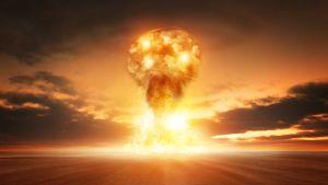 Ydinpommin räjäytys autiomaassa.