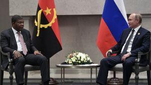 Vladimir Putin ja João Lourenço Angolan ja Venäjän lippujen edessä