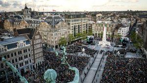 Väkijoukko kokoontuneena Amsterdamin keskustaan toisen maailmansodan muistotilaisuuteen.