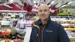 Siilinjärveläisen K-Supermarket Herkkupadan kauppias Jyrki Huttunen.