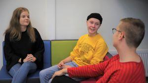 Tessa Lahtinen, Aapo Nikula ja Anssi Moilanen keskustelevat Yhteislyseossa.