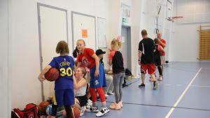 Kouvojen juniorijoukkue harjoituksissa.