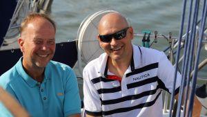 Moottoriveneilijä Petri Lehmuskoski ja purjehtija Leevi Parsama vetivät yhtä köyttä veneen kannella.