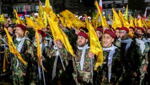 Hizbollahin kannattajia kuuntelemassa järjestön johtajan Hassan Nasrallahin puhetta.