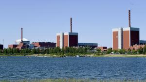 Olkiluodon ydinvoimalayksiköt 1, 2 ja 3 (vas.) kuvattuna Eurajoella toukokuussa 2018.