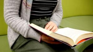 Inka Illukka lukee kirjaa