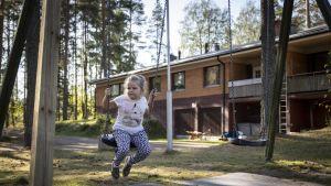 Lapsi kiikkuu keinussa.