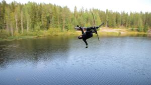 Freestylehiihtäjä harjoittelee hyppyjä Vuorilampeen Jyväskylässä.