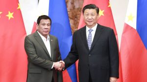 Xi Jingping ja Rodrigo Duterte kättelevät Pekingissä.
