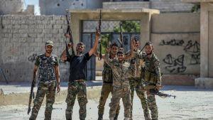 Syyrialaisia sotilaita  näyttämässä voitonmerkkiä