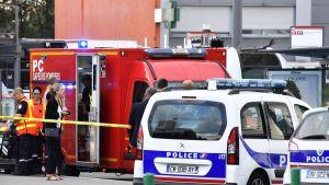 Pelastushenkilökuntaa ja poliiseja tapahtumapaikalla Villeurbannessa Lyonin lähistöllä.
