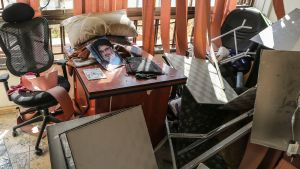 Hizbollah-järjestön johtaja Hassan Nasrallahin kuva Israelin lennokki-iskussa tuhoutuneen Hizbollahin käytössä olleen toimiston pöydällä  Beirutissa Libanonissa.
