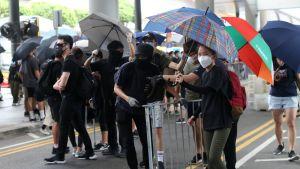 Kuvan mielenosoittajat ovat kokoontuneet Hongkongin lentokentälle. Protestoijien tarkoitus on häiritä kaupungin lentoliikennettä.