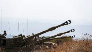 Israelin tykistöä asemissa Libanonin vastaisella rajalla.