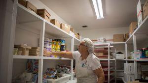 Suomalais-amerikkalaisen vanhustenhoitokodin keittäjä Irma Väisänen pitää huolta, että ruokavarastot ovat kunnossa ennen hurrikaanin mahdollista rantautumista.